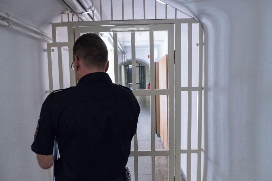 Ein Insasse eines Gefängnisses in Oberbayern soll Mithäftlinge bedroht haben. (Symbolbild)