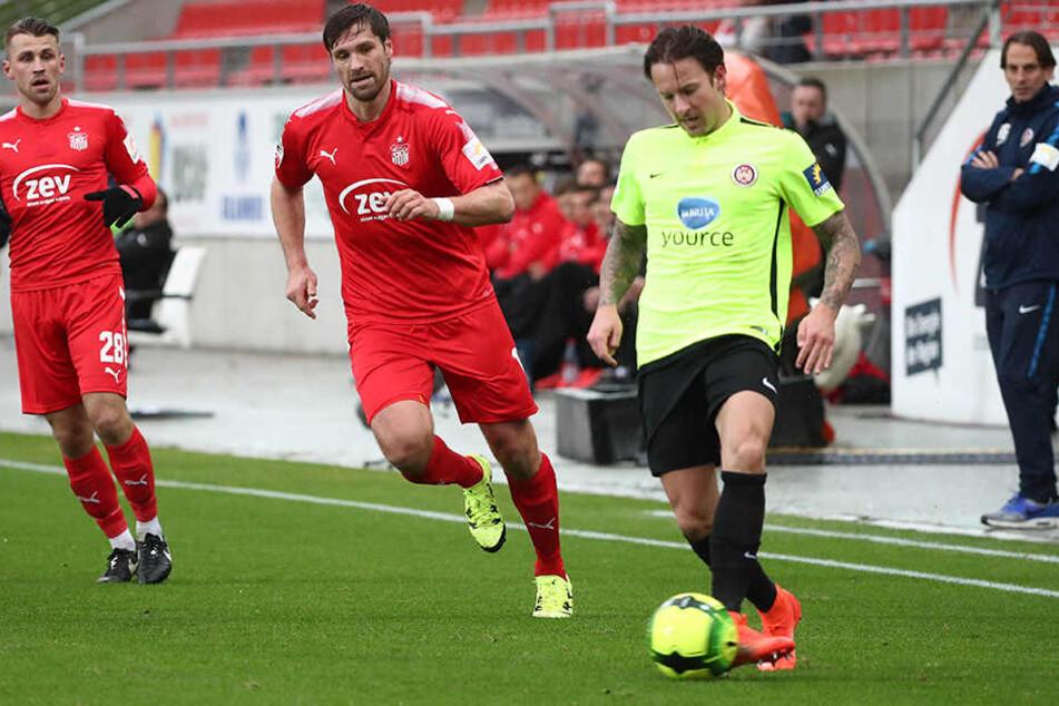 Ronny König versucht Moritz Kuhn den Ball abzujagen.