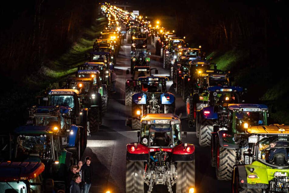 Bauern mit riesiger Protest-Kolonne unterwegs