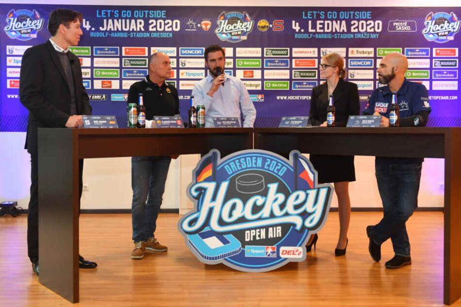 Prags Coach Uwe Krupp, der Trainer von Litvinov Vladimir Kyhos, Mit-Organisator Petr Macholda, Chef-Organisation Eva Wagner und Eislöwen-Coach Trainer Rico Rossi stimmten sich schon auf das Winterderby ein.