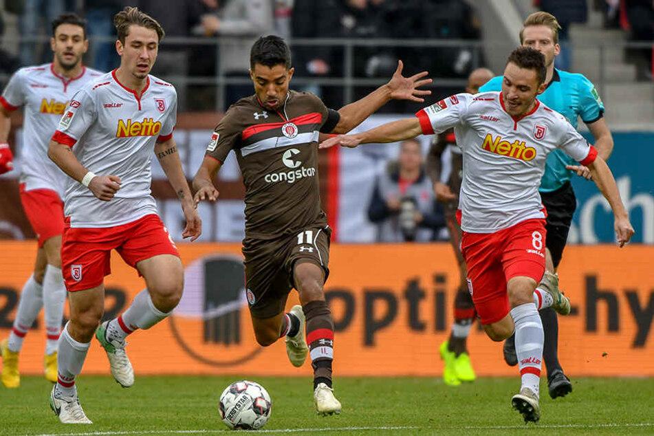 Kapitän Sami Allagui gegen alle: St. Paulis Angreifer nimmt es mit zwei Regensburgern auf.