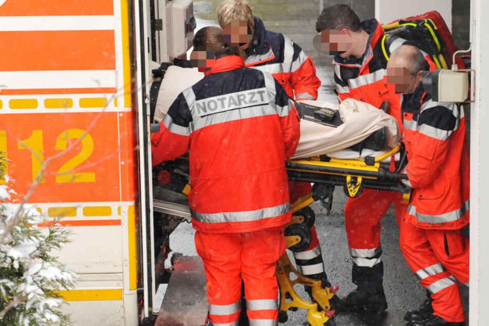 Beide Fahrer und eine Beifahrerin wurden schwer verletzt. (Symbolbild)