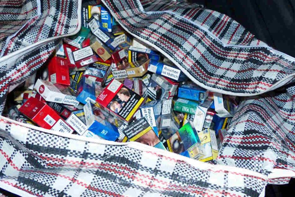 Bei der Durchsuchung stellten die Ermittler Tabakwaren sicher.