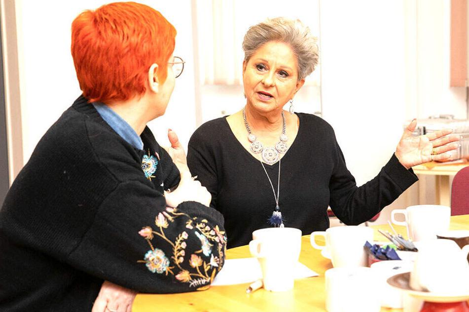 Dagmar Frederic (r.) erzählt Morgenpost-Reporterin Katrin Koch, dass sie sich seit 17 Jahren für die Ronald McDonald Stiftung engagiert.
