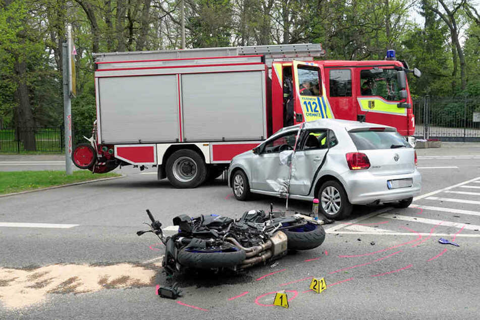 Beide Fahrer wurden bei dem Unfall schwer verletzt.