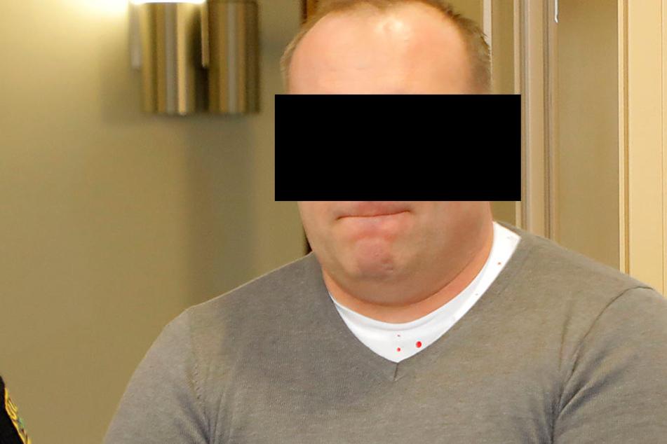 Bande klaute 30.000 Euro aus Briefen: Postauto-Fahrer vor Gericht