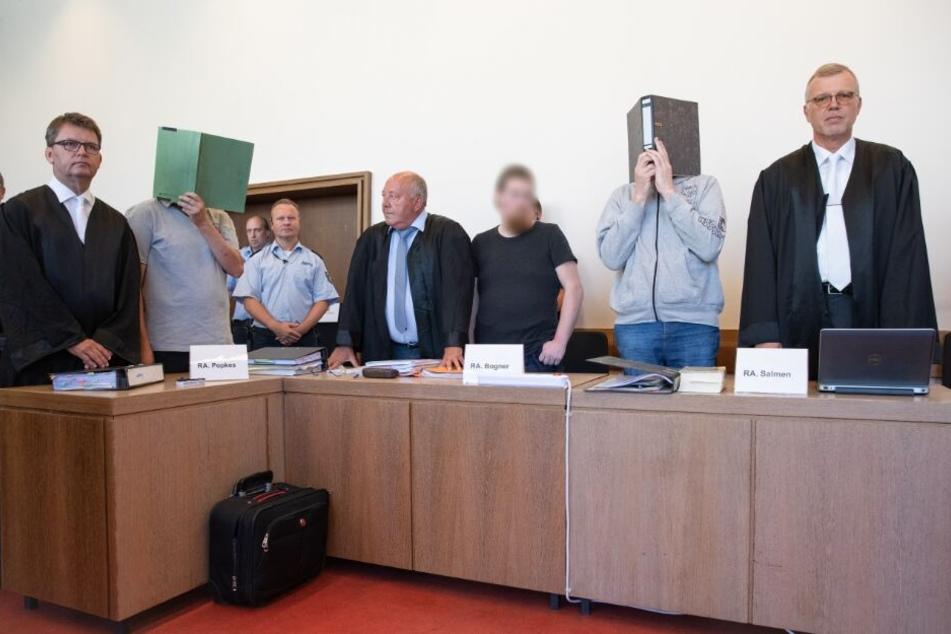 Die Angeklagten Heiko V. (l-r), Mario S. und Andreas V. stehen im Saal des Landgerichtes auf der Anklagebank.