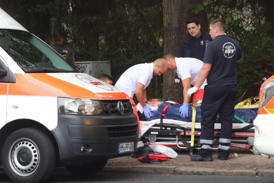 Rettungskräfte versorgen das Unfallopfer.