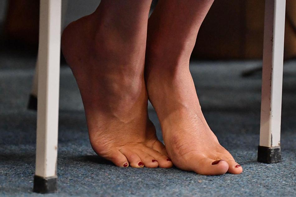Auf der Innenseite des linken Fußes ist eine Narbe zu erkennen. Hatte Meghan eine OP?