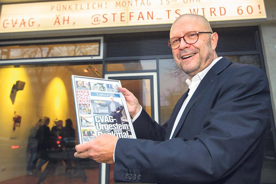 """Für CVAG-Urgestein Stefan Tschök  (60) gab's vorm """"Haus E"""" eine persönliche MOPO-Ausgabe."""