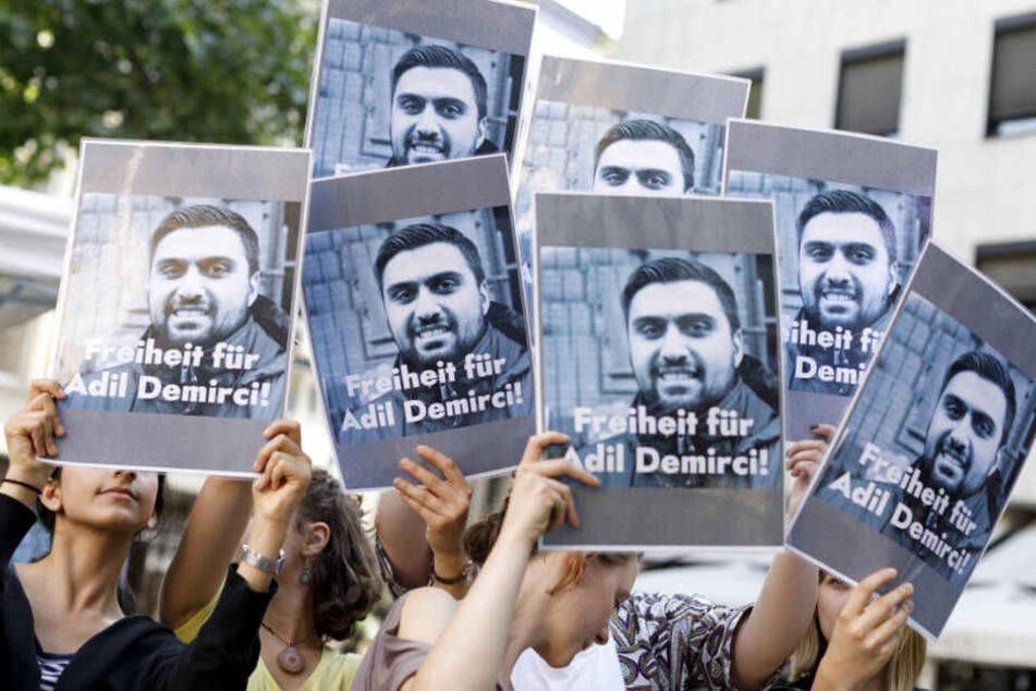 Demonstranten in Köln fordern im Sommer 2018 die Freilassung von Adil Demirci.