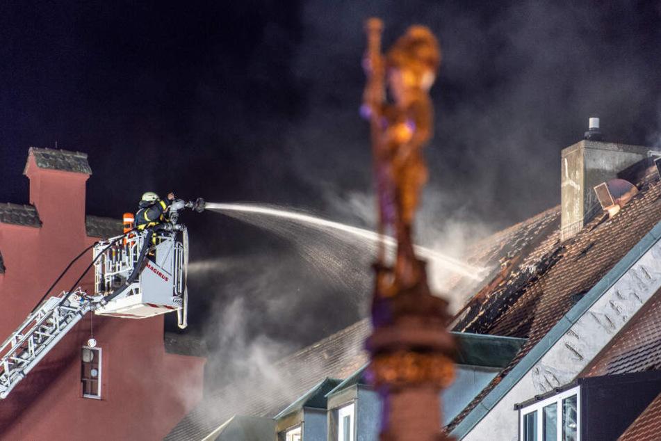 Die Feuerwehr löscht das Gebäude.