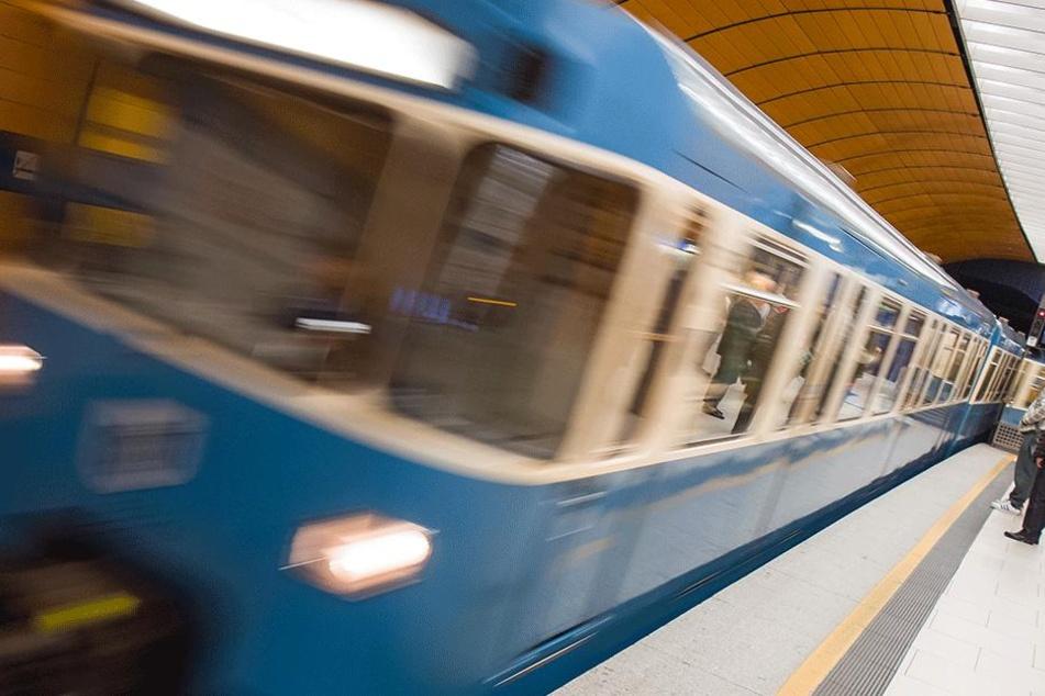 Mann werden bei U-Bahn-Unfall beide Beine abgetrennt!