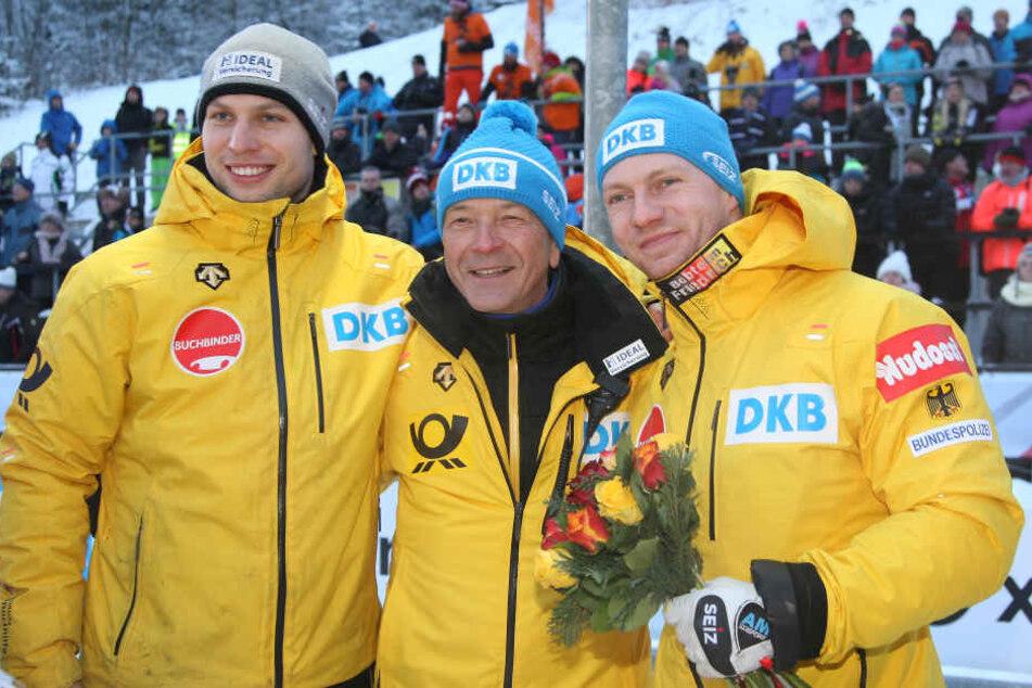 Doppel-Olympiasieger Francesco Friedrich (rechts) mit Goldschmied und Trainer Gerd Leopold (Mitte) und Nico Walther (links).