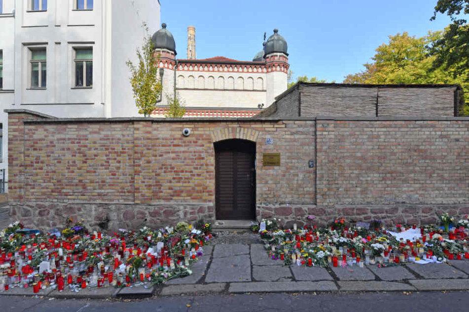 Blumen und Kerzen vor der Synagoge in Halle. Der Neonazi Stephan B. hatte am Mittwoch versucht, in das Gebäude einzudringen und dort ein Massaker zu begehen.