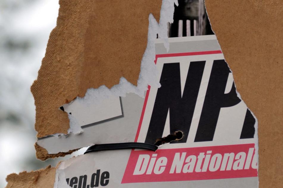 Ein zerrissenes Wahlplakat der rechtsextremen NPD.