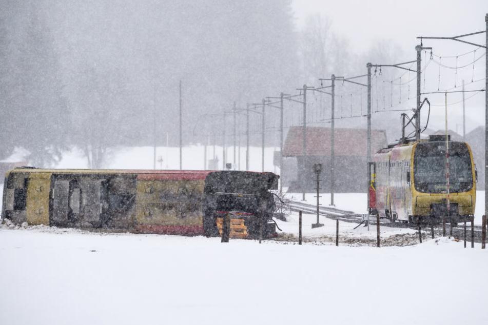 Der Bahnwagen ist vermutlich wegen einer starken Windböe entgleist.