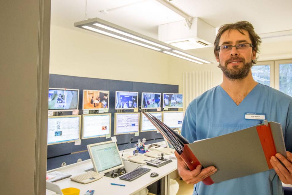 Krankenpfleger Jörg Wildner ist begeistert von der Arbeit mit seinem Team im Intensiv-Monitoring