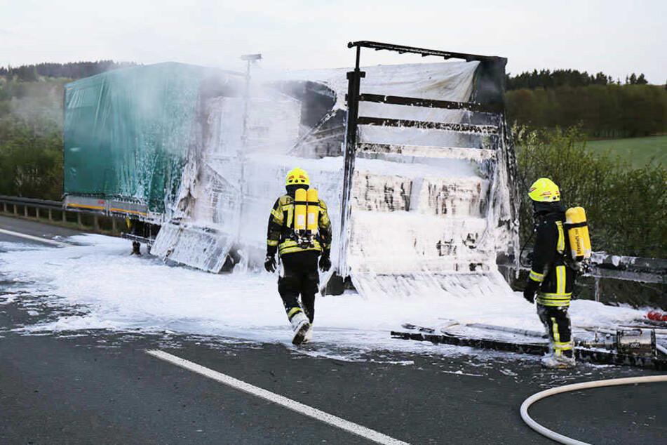 """""""Rettungsgasse war eine Katastrophe!"""": Lkw brennt aus, Gaffer unterwegs"""