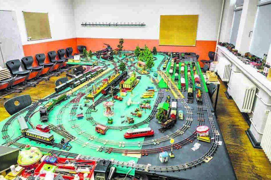 Die Ausstellung auf Schienen im Klassenzimmer: Rund ein Dutzend Spielzeug-Loks aus den 20er Jahren können hier im Kreis rattern.