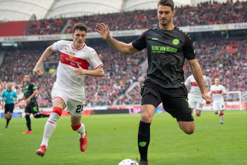 Im Zweikampf: VfB-Verteidiger Benjamin Pavard (l.) und Hannovers Hendrik Weydandt.