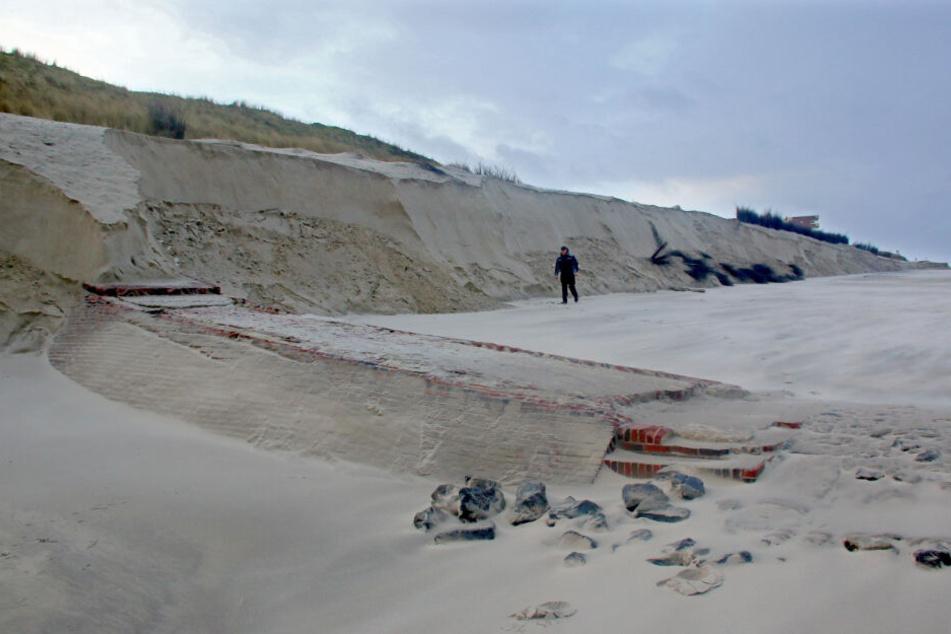 Auf der ostfriesischen Insel Wangerooge hat die Sturmflut den Strand abgetragen und eine alte Strandmauer freigelegt.