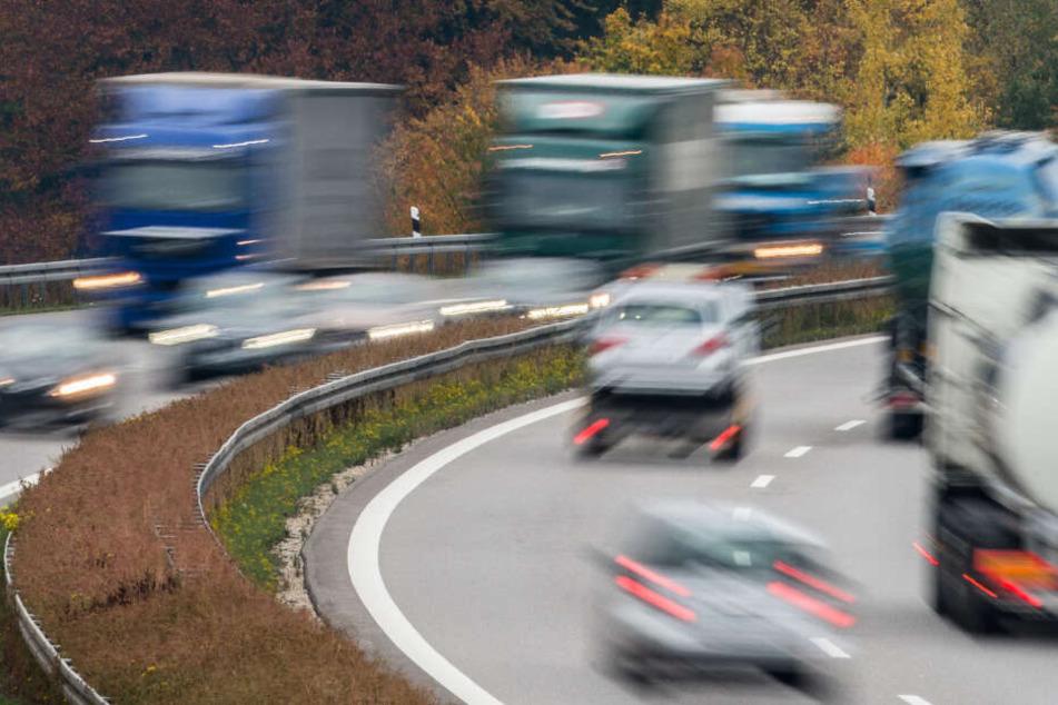 Motorhaube reißt ab und verursacht Unfälle: Frau fährt unbeirrt weiter