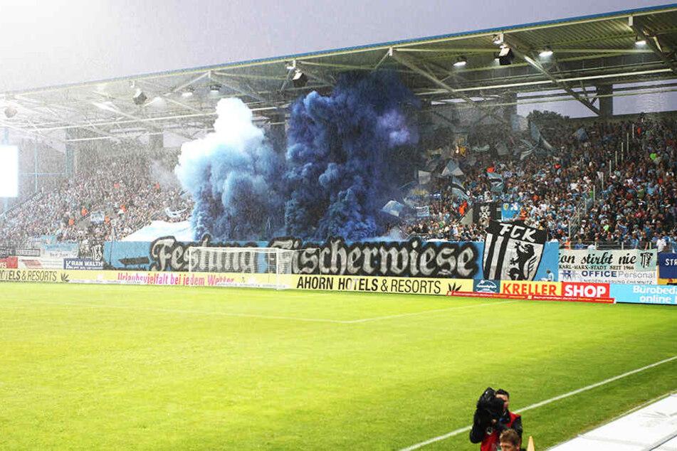 Beim Spiel gegen den FSV Zwickau zündeten einige Chaoten Pyrotechnik.