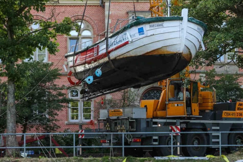 Mit einem Kran wurde das Boot aus der Hunte gehoben.