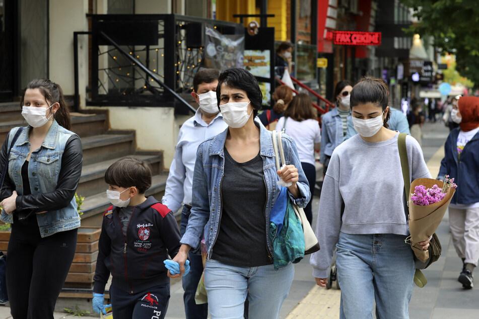 20. Juni, Ankara: Menschen im Stadtzentrum tragen Mundschutze. Die türkischen Behörden haben das Tragen von Masken in drei Großstädten zur Pflicht gemacht, nachdem die Zahl der bestätigten Corona-Fälle seit der Wiedereröffnung vieler Geschäfte gestiegen ist.