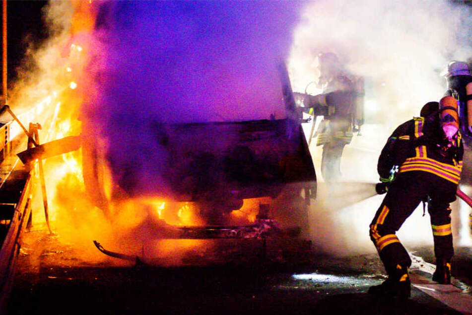 Der Wagen brannte völlig aus, zwei Fahrspuren wurden von der Feuerwehr gesperrt.