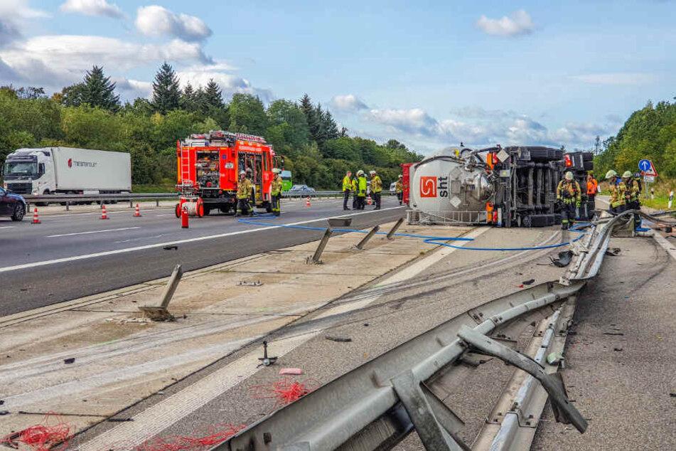 Heftiger Unfall auf A5: Tanklaster kracht in Citroen und kippt um
