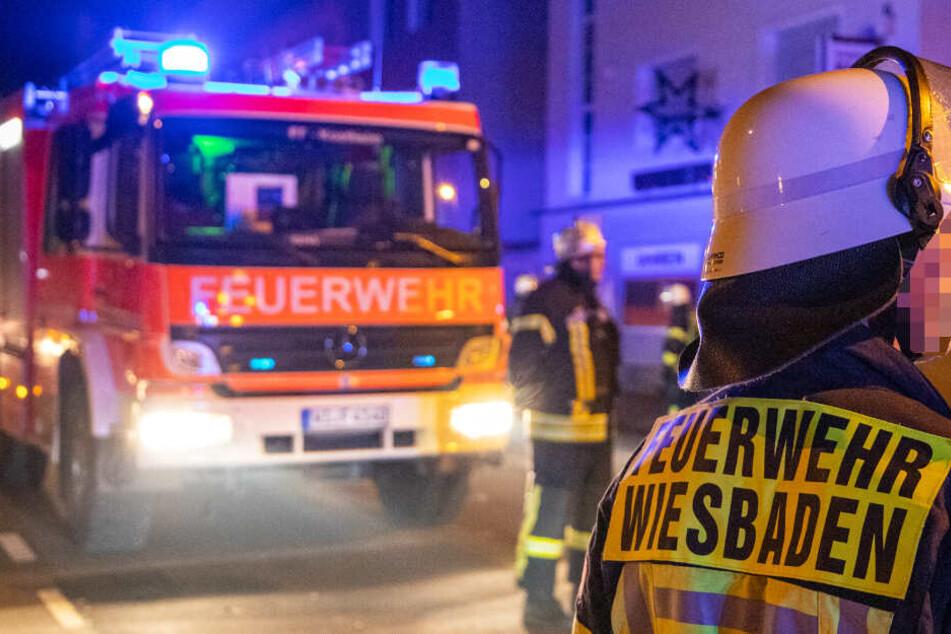 Das Foto zeigt Feuerwehr-Kräfte bei Löscharbeiten in Wiesbaden (Mainz-Kastel).