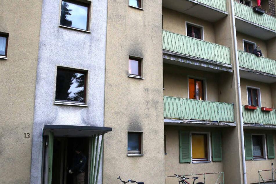 Mann schießt offenbar mehrmals aus seinem Fenster, Polizei umstellt das Haus