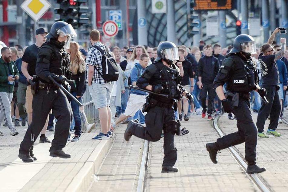 Die Polizei gerät immer wieder zwischen die politischen Fronten.