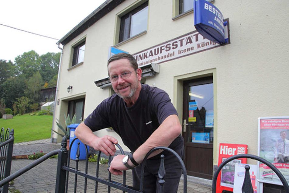 Verkäufer Ralf König (65) versorgt die Dorfchemnitzer im Tante-Emma-Laden mit Lebensmitteln.