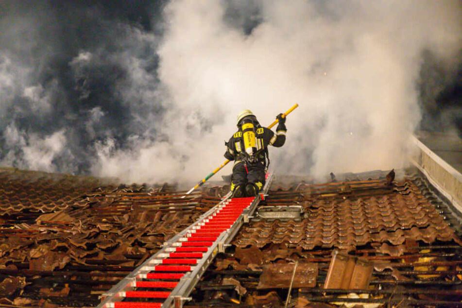 Dachstuhl nach Einschlag in Flammen