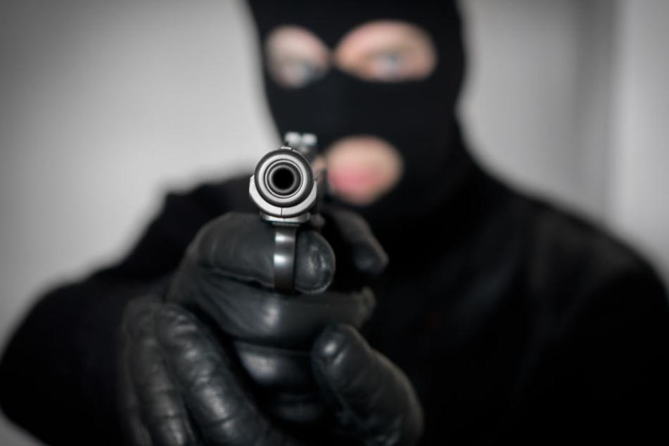 Der mit einem Schal maskierte Räuber hielt der 59-Jährigen eine Pistole vor das Gesicht und forderte Geld (Symbolbild).