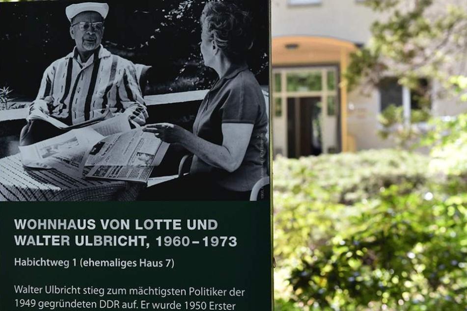 Auf solchen Tafeln werden die Besucher über die Häuser in Wandlitz informiert.