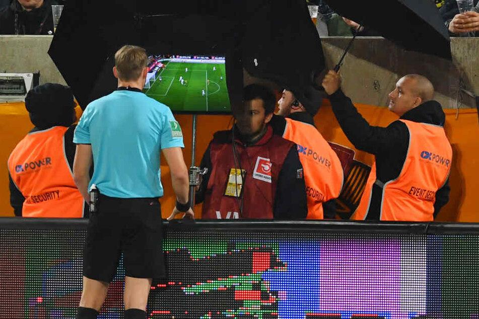 Schiedsrichter Martin Petersen schaut sich das Wiesbadener Tor am Freitag nochmal auf dem Bildschirm an und erkannt es ab.