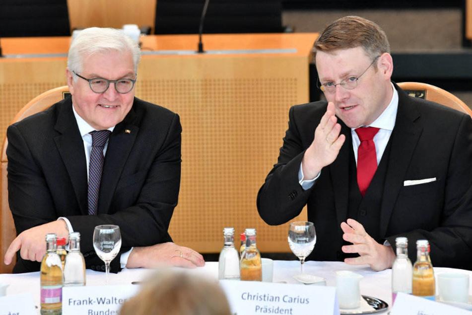 Bundespräsident Frank-Walter Steinmeier und Landtagspräsident Christian Carius (CDU) im Gespräch mit anderen Landtagsabgeordneten.