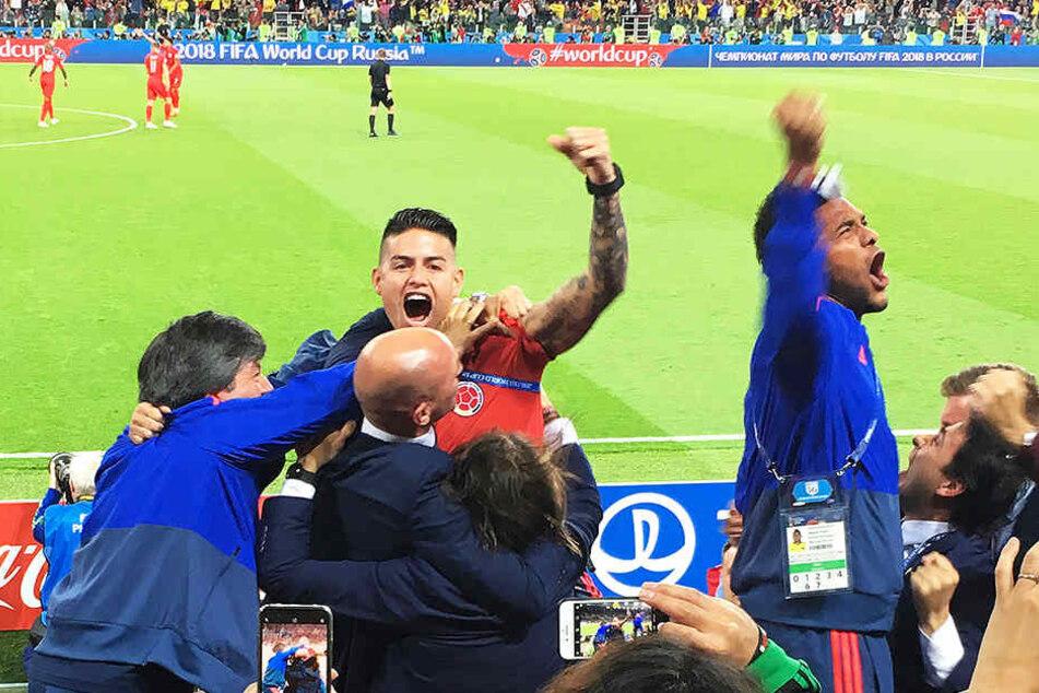Der verletzte James bejubelt den kolumbianischen Ausgleichstreffer im Achtelfinale gegen England - später schied Kolumbien allerdings im Elfmeterschießen aus.
