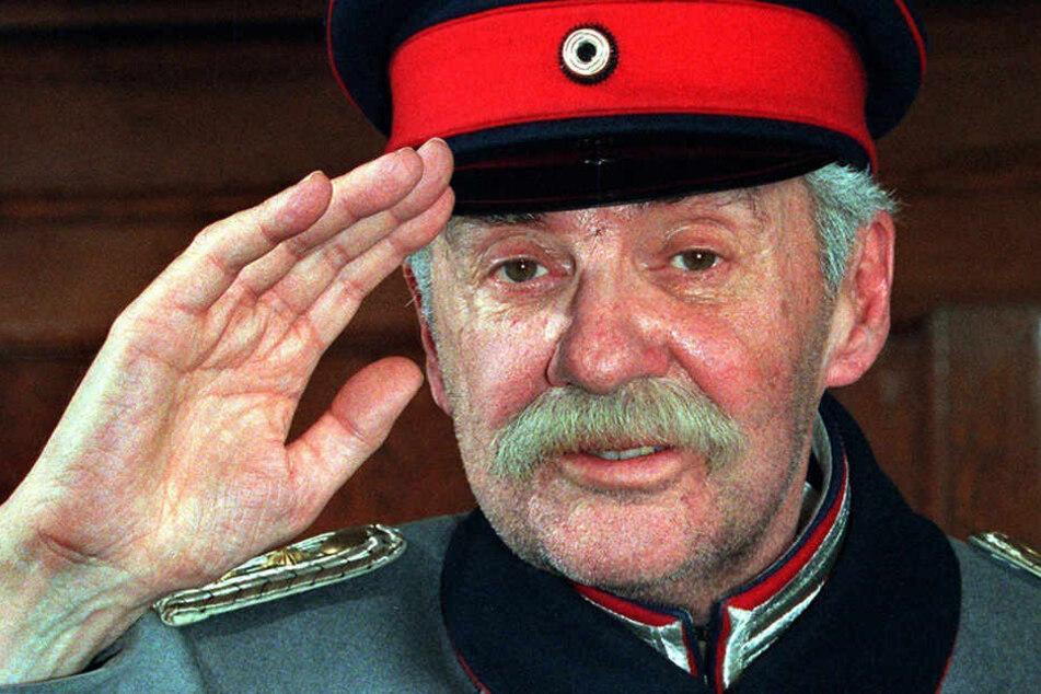"""Der mittlerweile verstorbene Schauspieler Harald Juhnke salutiert als """"Hauptmann von Köpenick"""" im Rathaus Köpenick."""