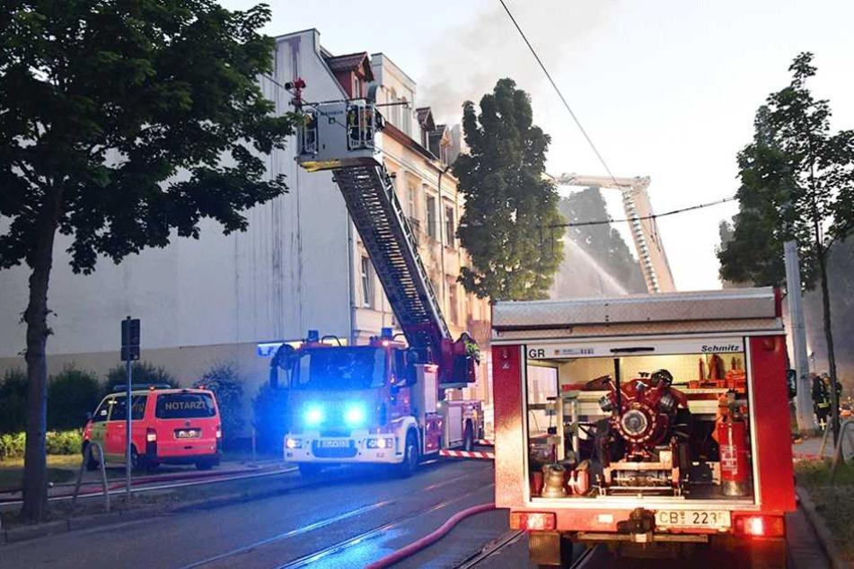 Toter bei Wohnungsbrand. Feuerwehr legt Bahn-Verkehr lahm