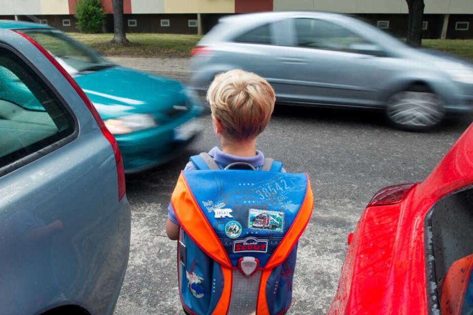 Junge wird von Auto angefahren und läuft vor seinen Helfern davon
