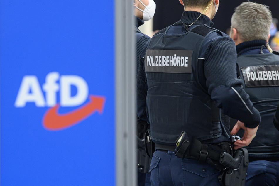 Mitarbeiter der Polizeibehörde (Ordnungsamt) kontrollieren beim Parteitag der AfD Sachsen zur Aufstellung der Landesliste für die Bundestagswahl in der Messe Dresden die Einhaltung der Corona-Hygienevorschriften.