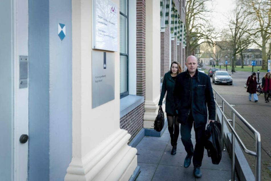 Robert Snorn, Rechtsanwalt des Hauptverdächtigen Gerrit Jan van D, kommt am Dienstag am Gericht in Assen an.