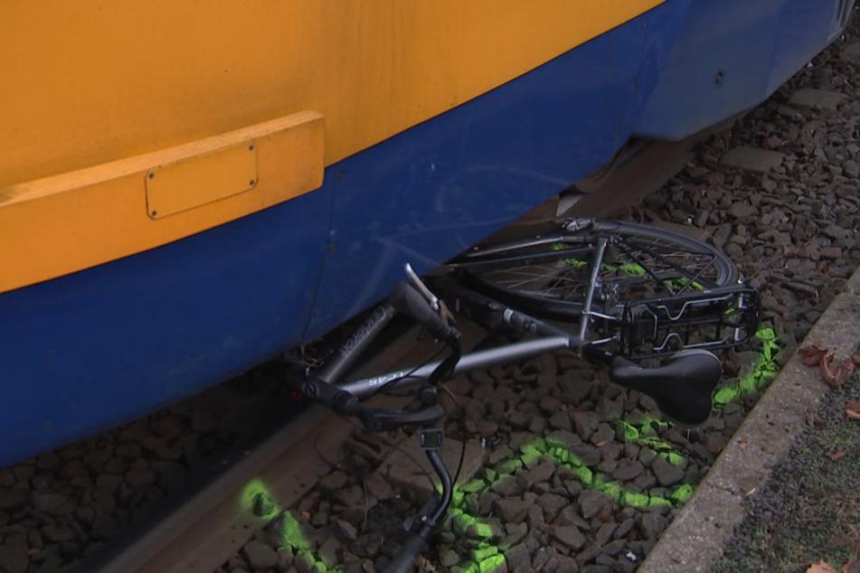 Das demolierte Fahrrad des Mannes klemmte nach dem Unfall unter der Straßenbahn.