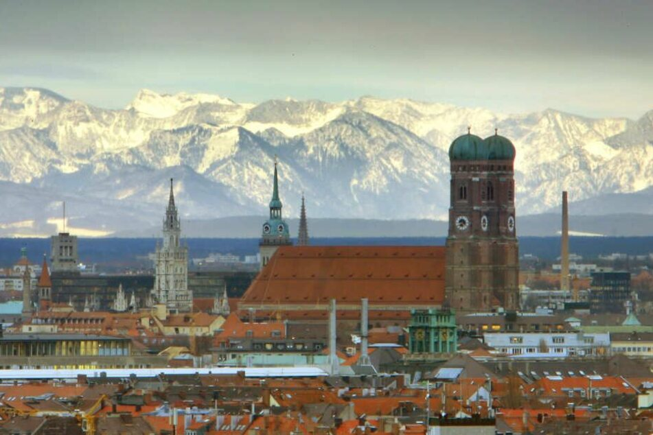 München vor dem Alpenpanorama: In der Stadt sind die Bayern immerhin noch zufriedener als auf dem Land. (Archivbild)