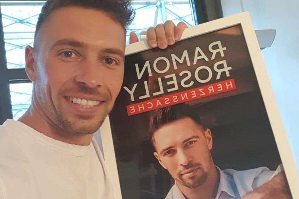 Superstar-Gewinner Ramon Roselly (26) hält stolz seine erste Goldene Schallplatte in Händen.